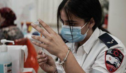 Israel beginnt als erstes Land mit dritter Coronaimpfung für ältere…